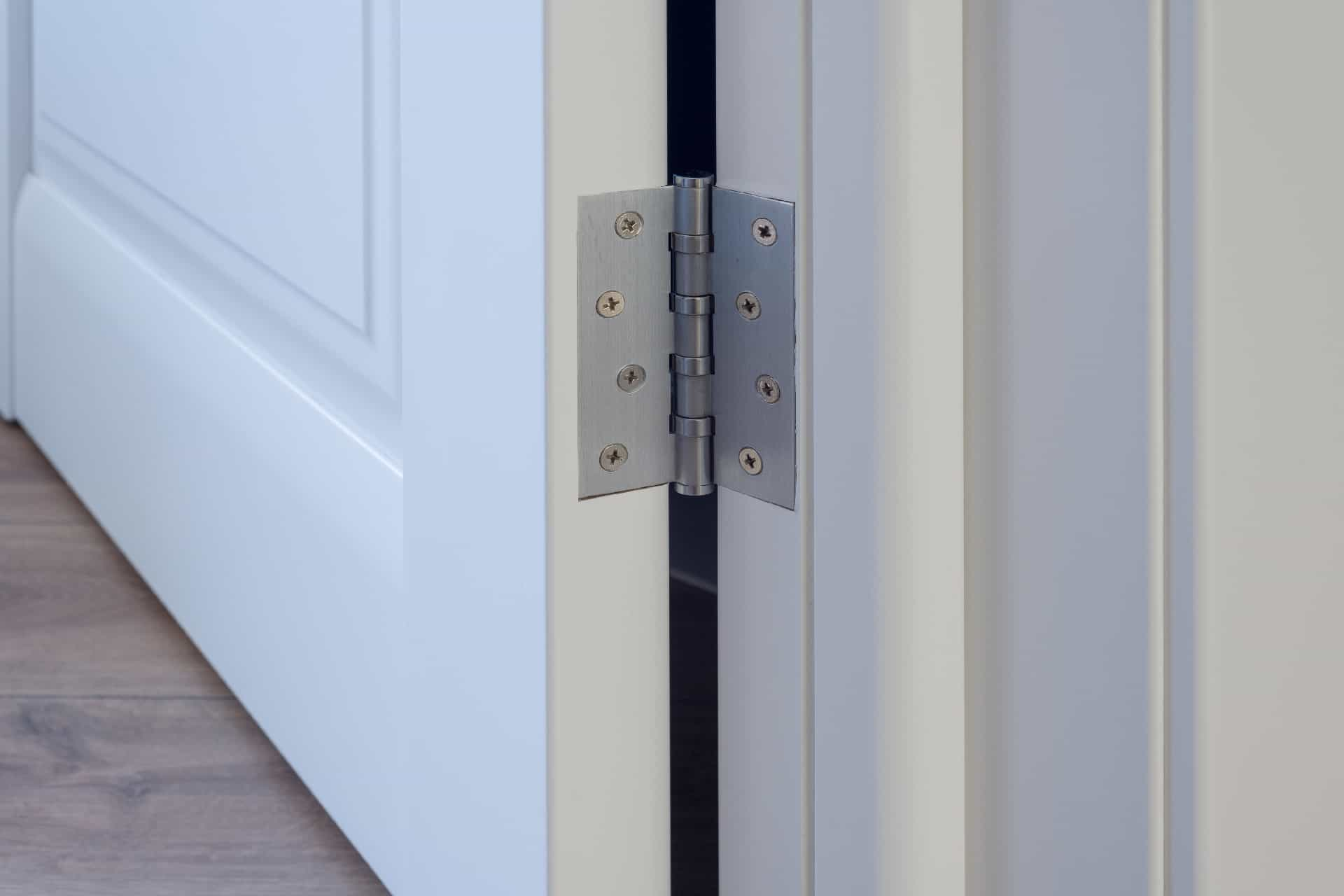 hvordan smøre dørhengsler