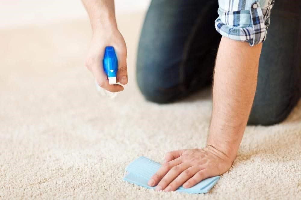 fjerner sminke fra teppet